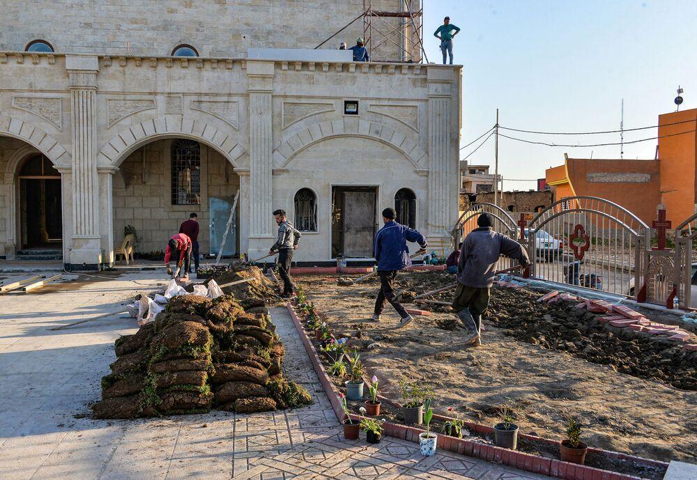 I lavoratori preparano la chiesa cattolica sira per accogliere il Papa Francesco
