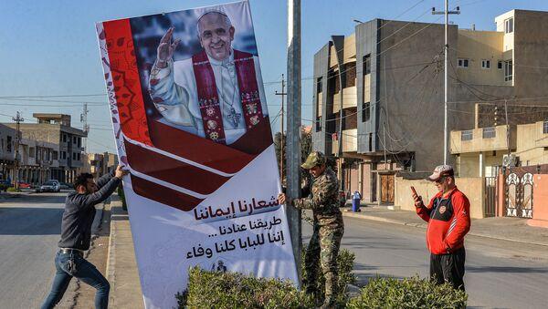 Установка баннеров к приезду Папы Римского Франциска в провинции Ниневия - Sputnik Italia
