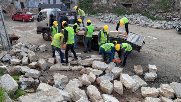Рабочие UNESCO во время разбора мраморных плит в Мосуле  - Sputnik Italia