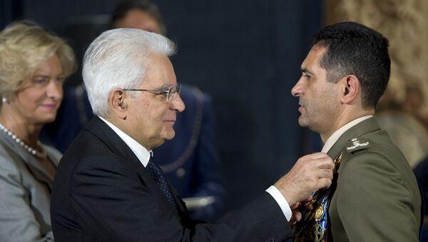 Il Presidente Sergio Mattarella consegna la Croce di Cavaliere dell'Ordine Militare d'Italia al Generale di Divisione Francesco Paolo Figliuolo - Sputnik Italia