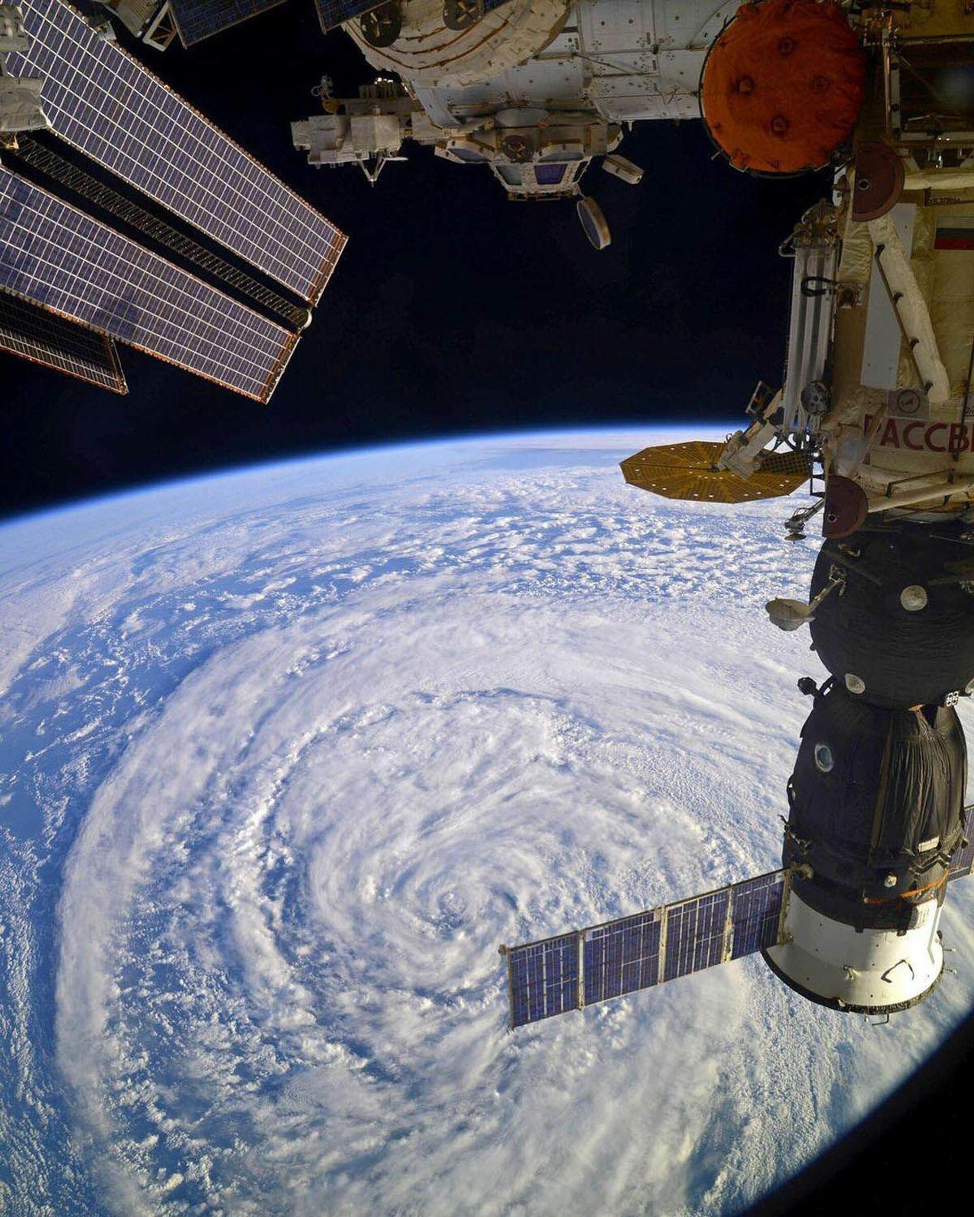 La Stazione Spaziale Internazionale (ISS) sopra un ciclone - Sputnik Italia, 1920, 18.05.2021
