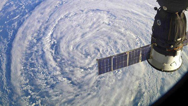 La Stazione Spaziale Internazionale (ISS) sopra un ciclone - Sputnik Italia