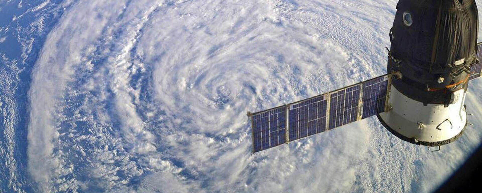 La Stazione Spaziale Internazionale (ISS) sopra un ciclone - Sputnik Italia, 1920, 27.08.2021