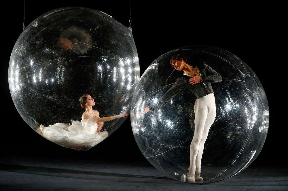 I ballerini interpretano la loro parte