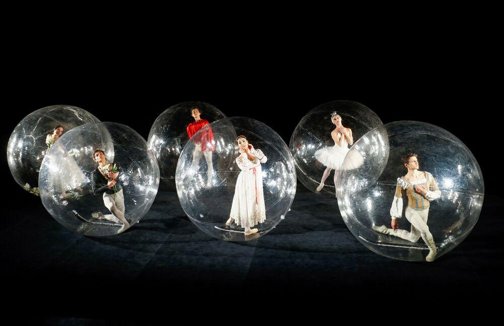 Tre ragazze e tre uomini durante il balletto