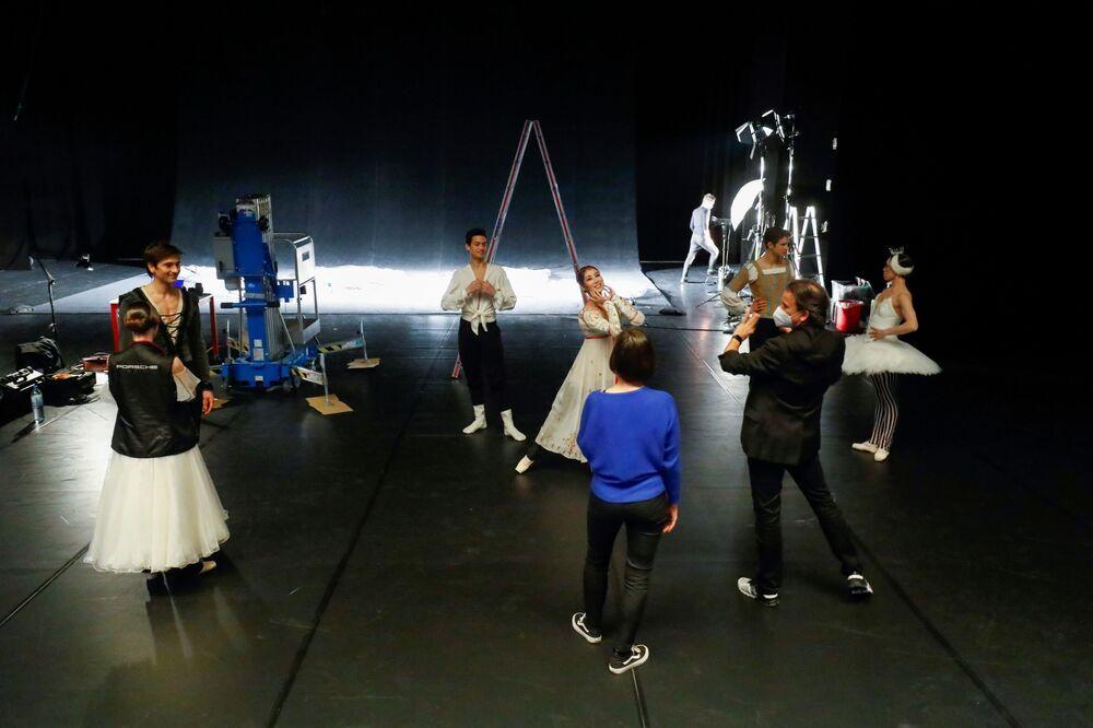 I ballerini ripassano le loro parti dietro le quinte
