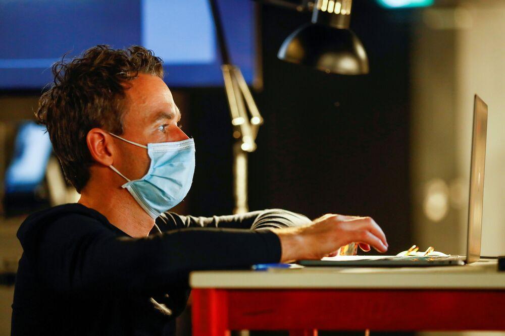 L'artista Florian Menerta durante i preparativi per lo spettacolo