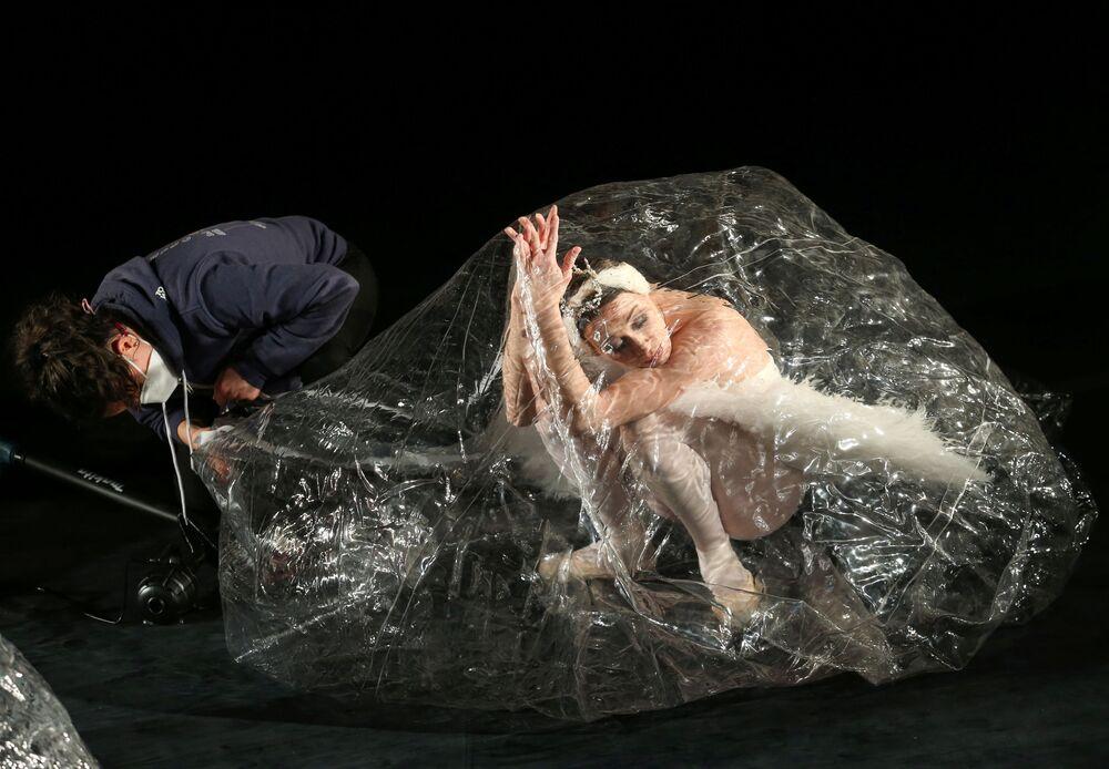 I ballerini durante le prove dello spettacolo Social Distance Stacks a Stoccarda, Germania