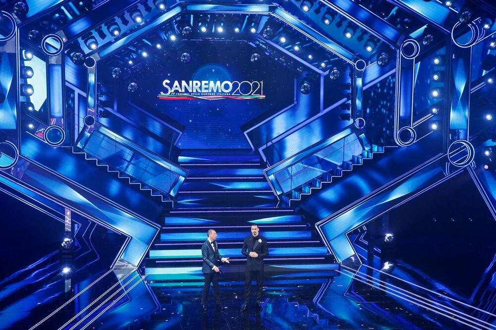 Il calciatore Zlatan Ibrahimovic e il conduttore televisivo Amadeus durante il 71° Festival di Sanremo, il 3 marzo 2021
