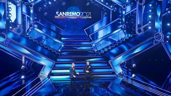 Футболист Златан Ибрагимович и ведущий Амедео Себастьяни на музыкальном фестивале в Сан-Ремо  - Sputnik Italia