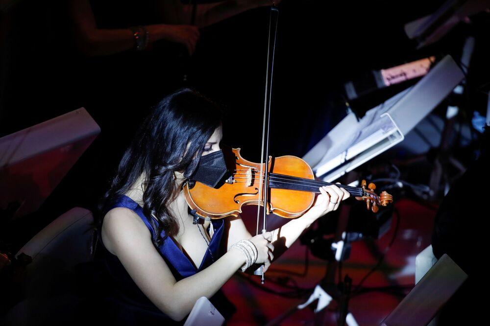 Una musicista si esibisce durante il 71° Festival di Sanremo al Teatro Ariston a Sanremo, il 2 marzo 2021
