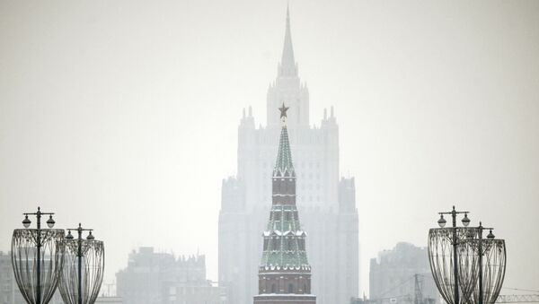 A man walks along a bridge in front of a Kremlin tower and the Russian Foreign Ministry building on the background in downtown Moscow on January 12, 2021. - Sputnik Italia