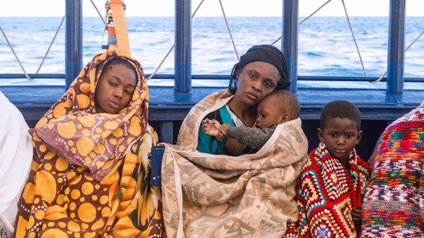 Un gruppo di migranti libici a bordo del battello di salvataggio Aita Mari  - Sputnik Italia