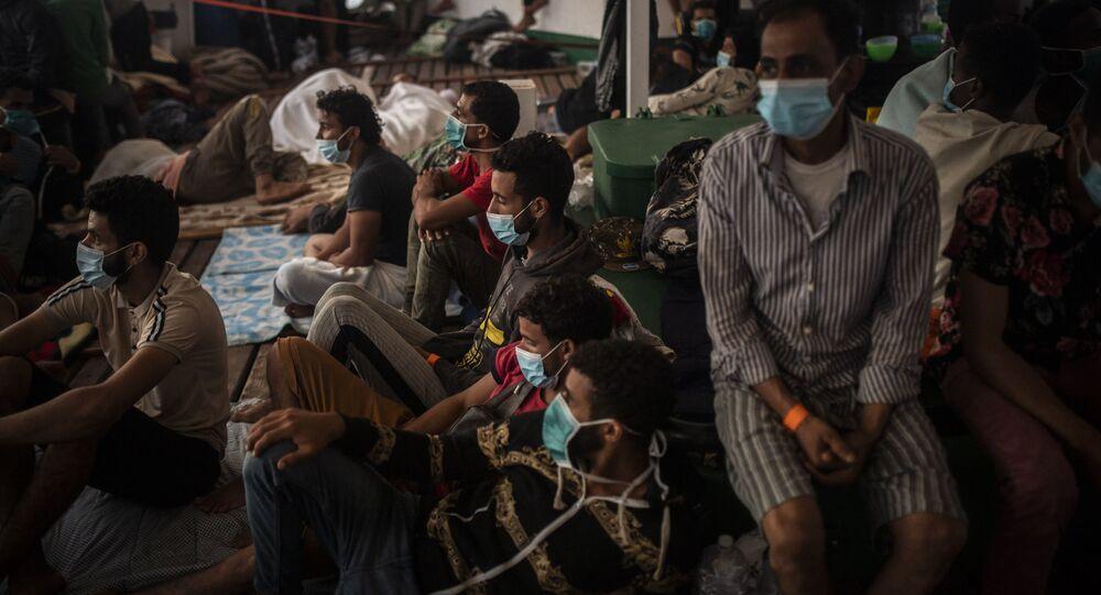 Migranti di diverse nazionalità a bordo della nave spagnola