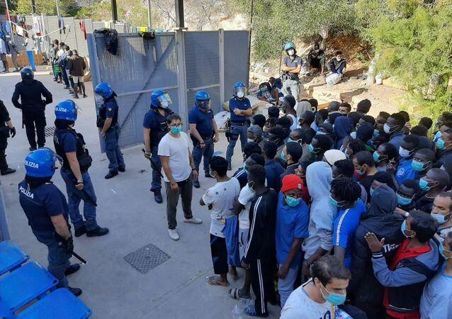 Migranti nel centro di accoglienza di Lampedusa