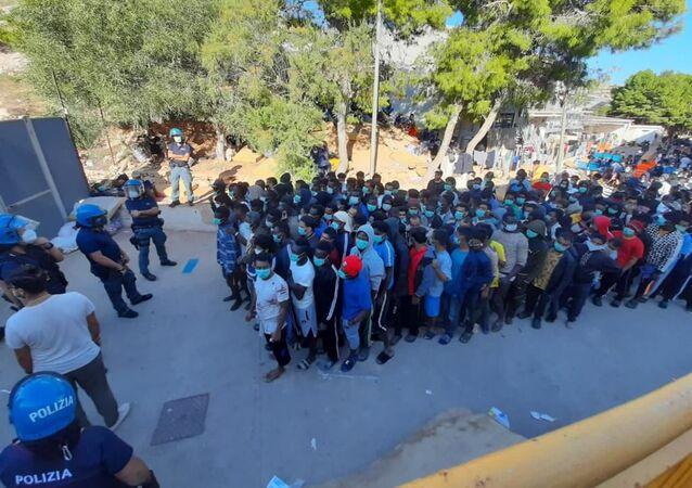 Il centro di accoglienza di Lampedusa
