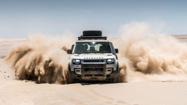 Автомобиль Land Rover Defender в пустыне в Намибии - Sputnik Italia