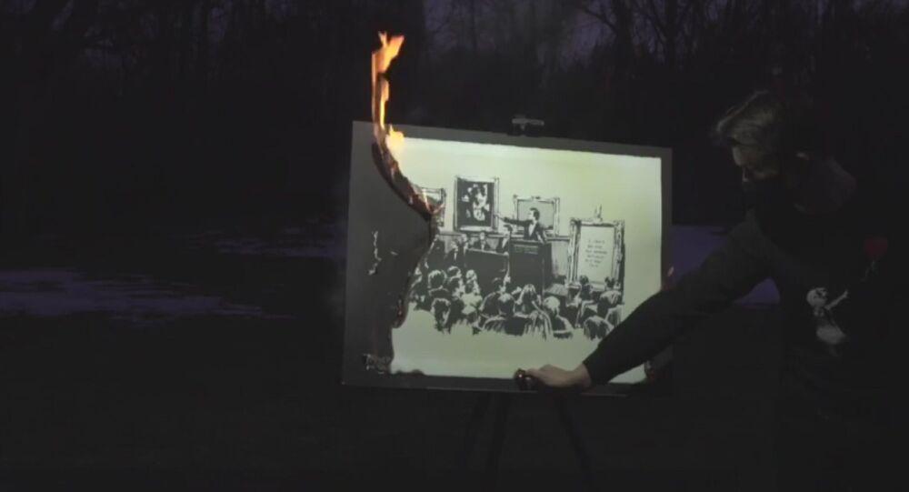 Bruciano un'opera di Banksy per immortalarla come risorsa digitale