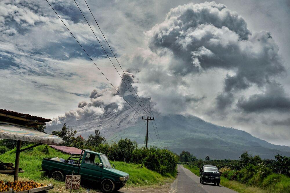 Eruzione dello stratovulcano Sinabung in Indonesia
