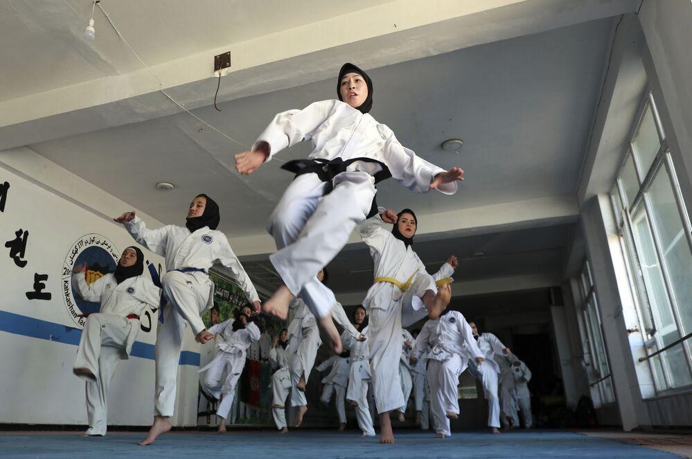 Le ragazze afghane praticano il taekwondo a Kabul, Afghanistan, lunedì 1 marzo 2021