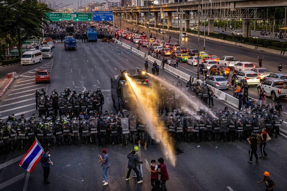 Un camion con cannoni ad acqua viene schierato dalla polizia per impedire i manifestanti pro-democrazia raggingere la residenza del primo ministro thailandese Prayut Chan-O-Cha a Bangkok, il 28 febbraio 2021