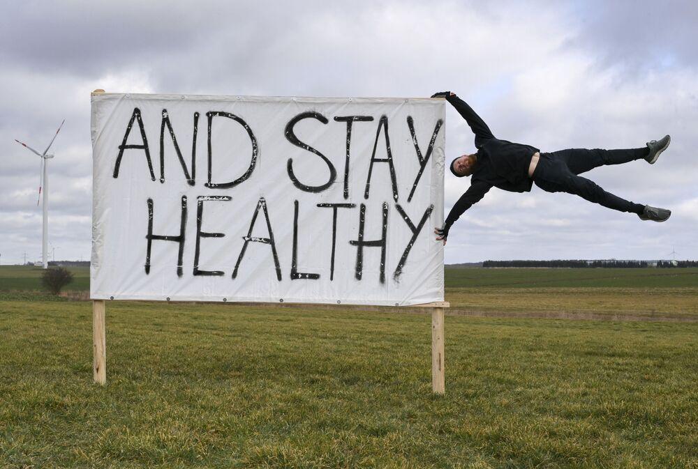 Un uomo protesta contro la chiusura dei centri fitness in Germania