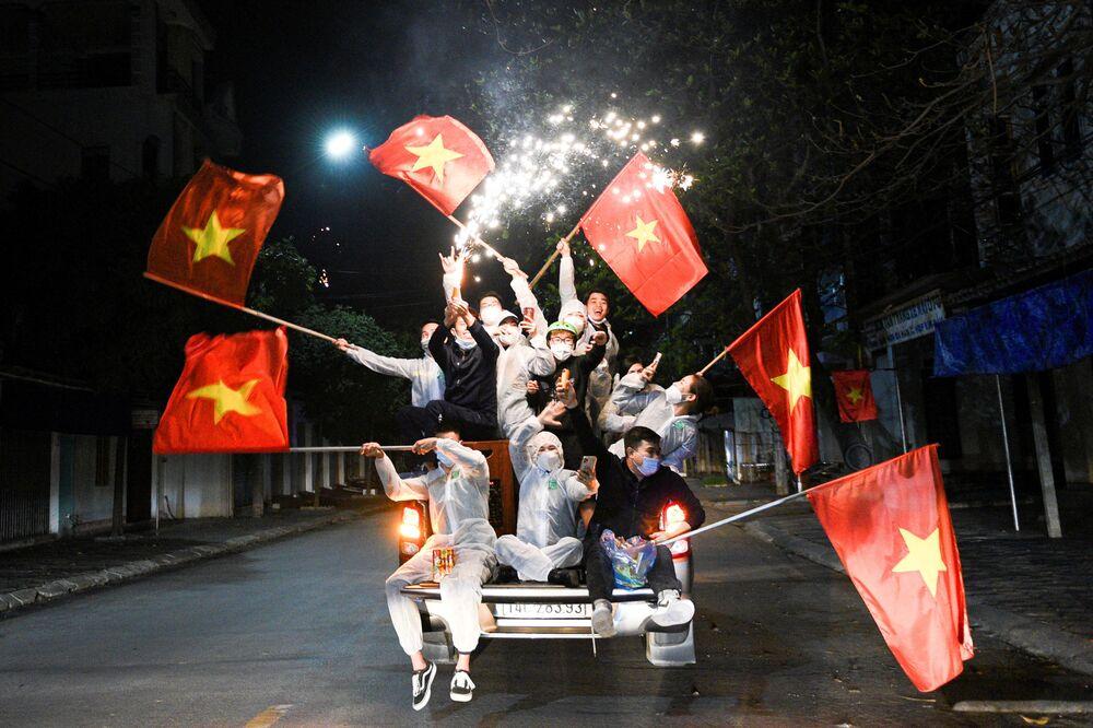 I residenti celebrano l'abolizione delle restrizioni adottate per la pandemia del coronavirus nella città di Chi Lin, provincia di Hai Duong, Vietnam