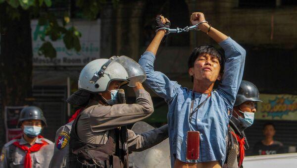 Un manifestante arrestato in Myanmar - Sputnik Italia