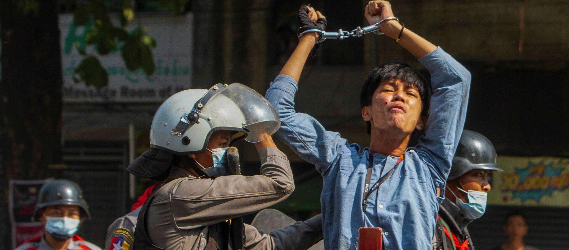 Un manifestante arrestato in Myanmar - Sputnik Italia, 1920, 11.03.2021