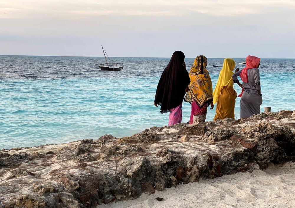Donne sulla riva dell'isola di Zanzibar