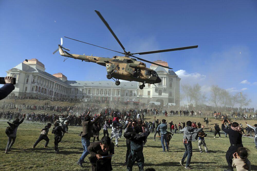 Elicottero militare durante una mostra di armi a Kabul, Afghanistan
