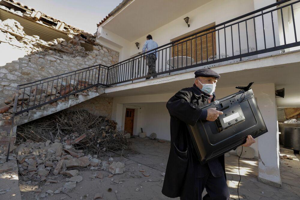 Un uomo davanti a una casa danneggiata a seguito di un terremoto in Grecia