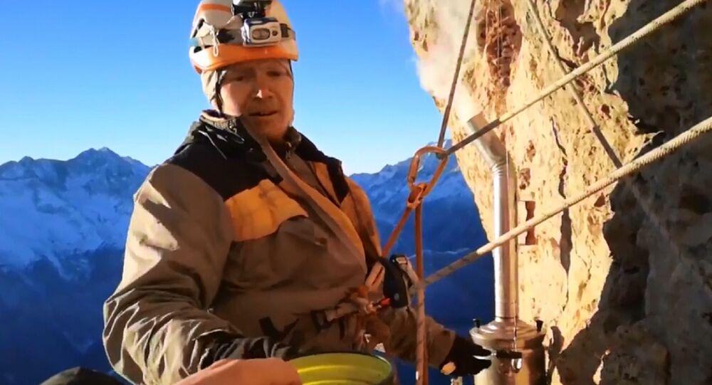 Tè in altura: alpinisti russi preparano tè trovandosi sulla roccia