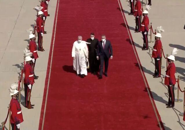 Il Papa Francesco arriva a Baghdad nella prima visita internazionale durante la crisi pandemica