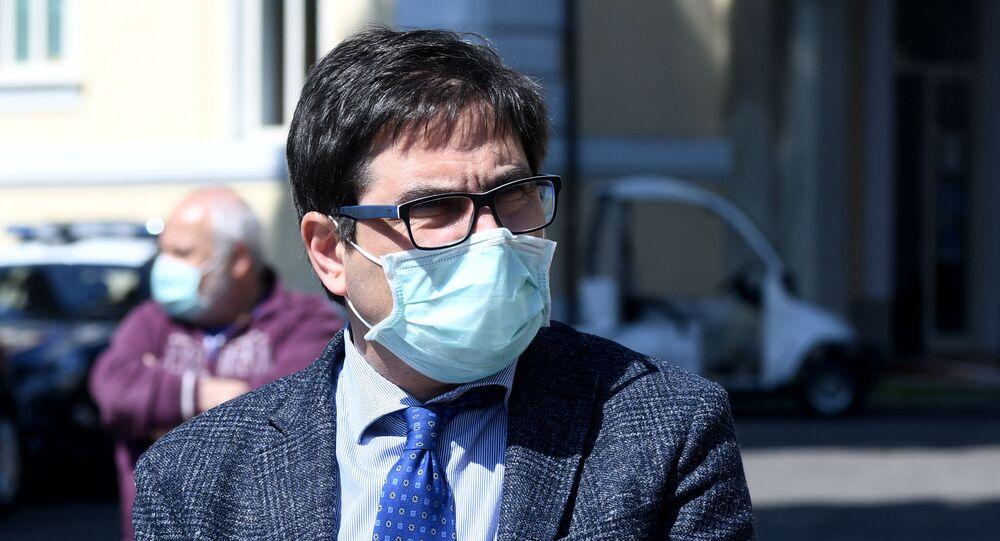 Nella foto l'assessore alla sanità della Regione Lazio Alessio D'Amato dopo la visita allo Spallanzani