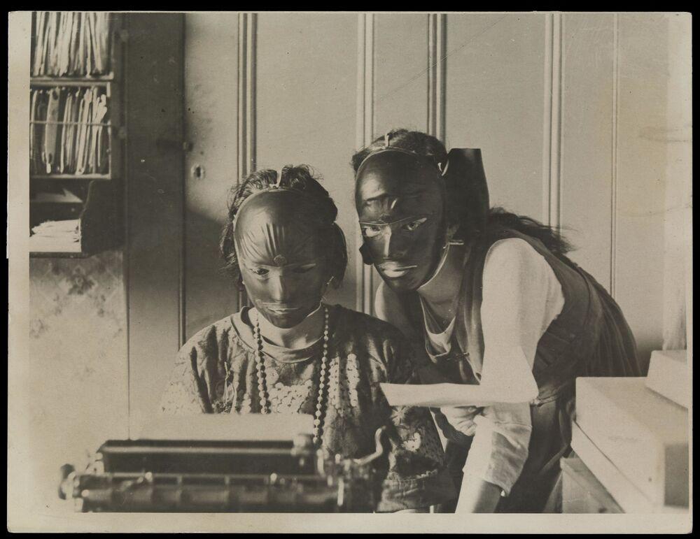 La pubblicità di maschere cosmetiche in gomma per la rimozione di rughe e macchie sulla faccia