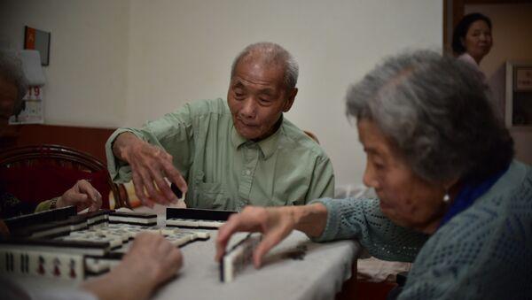 Пожилые люди во время игры в маджонг в Китае - Sputnik Italia