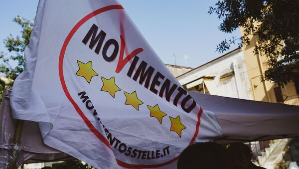 La bandiera del partito MoVimento 5 Stelle - Sputnik Italia