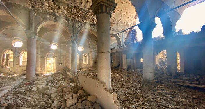 Le rovine di una chiesa a Mosul, Iraq