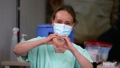La dottoressa Silvia Alejandra Gelvez, medico d'emergenza-urgenza presso la Colombia Clinic, fa il gesto del cuore prima di ricevere un'iniezione con la dose del vaccino Pfizer-BioNTech, Bogotà, Colombia, il 18 febbraio 2021.