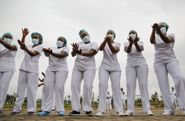 Le infermiere partecipano a una lezione di zumba organizzata per aiutarle ad affrontare lo stress causato dal lavoro difficile con i pazienti Covid, Nairobi, Kenya.  - Sputnik Italia