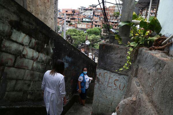 Le infermiere sono andate nelle favele di Rio de Janeiro per somministrare il vaccino anti-Covid ai residenti.  - Sputnik Italia