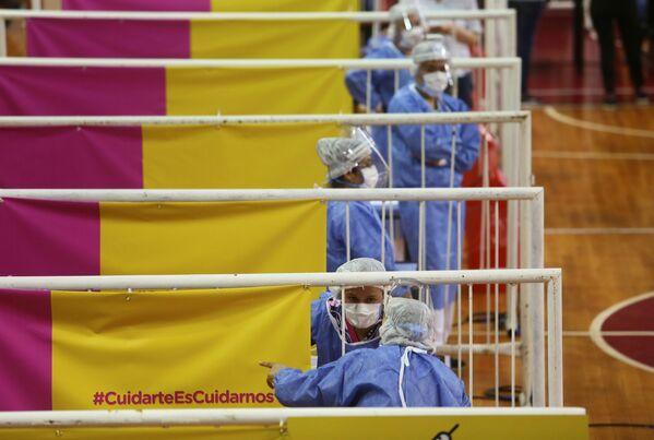 Gli operatori sanitari nel corso della vaccinazione con il vaccino russo Sputnik V nello stadio River Plate a Buenos Aires, Argentina.   - Sputnik Italia