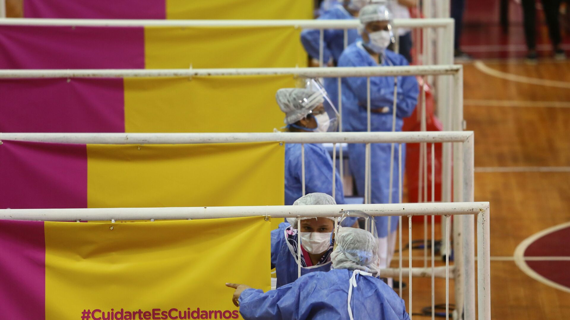 Медицинские работники во время вакцинации российской вакциной Sputnik V на стадионе Ривер Плейт в Буэнос-Айресе, Аргентина - Sputnik Italia, 1920, 22.06.2021
