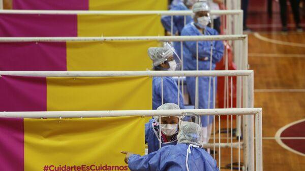 Медицинские работники во время вакцинации российской вакциной Sputnik V на стадионе Ривер Плейт в Буэнос-Айресе, Аргентина - Sputnik Italia