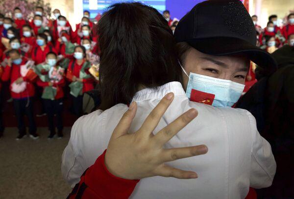 Operatrice sanitaria della provincia cinese di Jilin saluta i colleghi all'aeroporto internazionale di Tianhe a Wuhan, in Cina. - Sputnik Italia