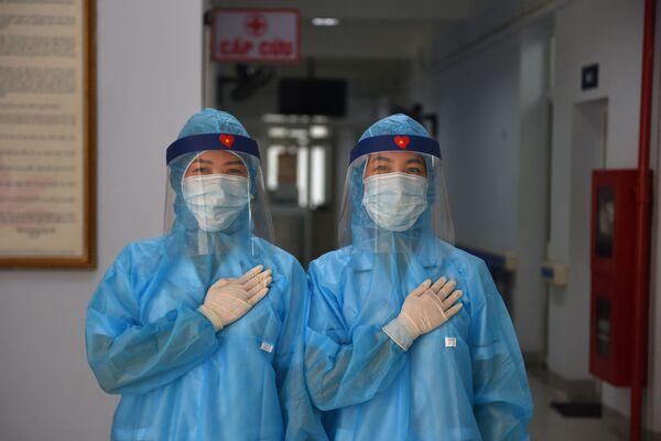 Le operatrici sanitarie in tuta protettiva anti-Covid in un temporaneo centro di test sul coronavirus, Hanoi, Vietnam.  - Sputnik Italia