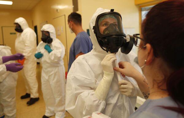 Gli operatori sanitari in un reparto della terapia intensiva in un ospedale a Brno, Reppublica Ceca.  - Sputnik Italia