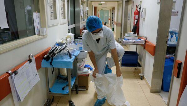 Медсестра перед посещением палаты с больными коронавирусом пациентами в больнице в Лиссабоне, Португалия - Sputnik Italia