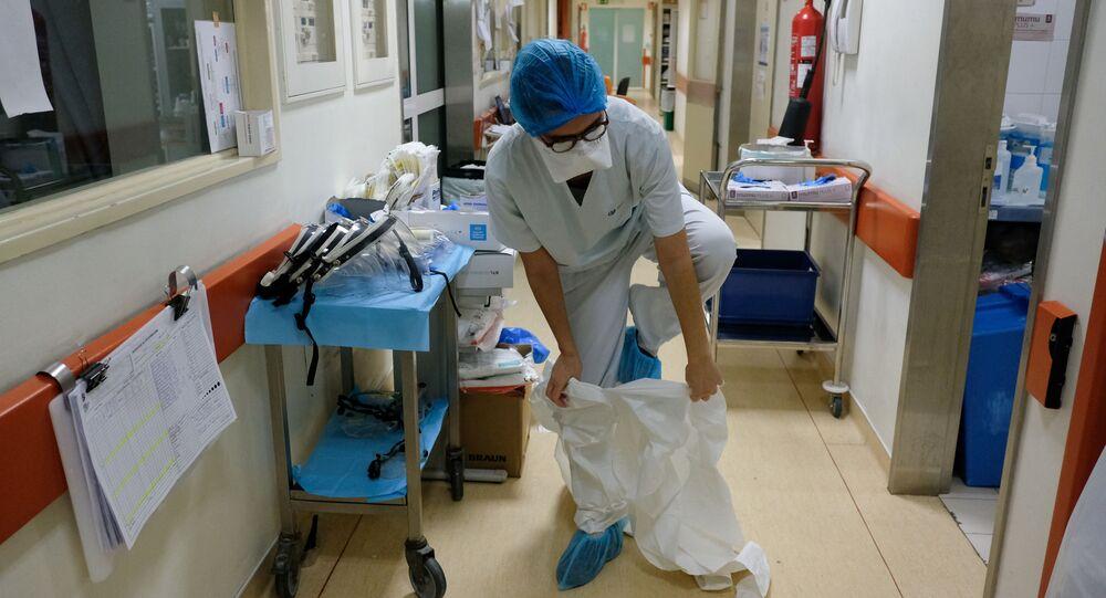 Infermiera prima di visitare il reparto con pazienti malati in ospedale a Lisbona, Portogallo
